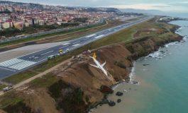 Spectaculaire sortie de piste d'un avion au bord d'une falaise en Turquie