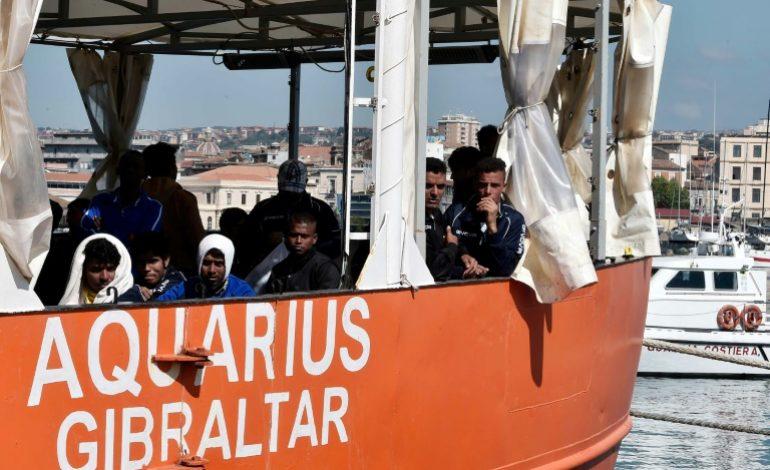 L'Aquarius, avec 141 personnes à bord, reste au large de la Libye