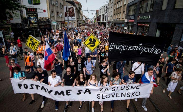 Des milliers de manifestants en Slovaquie pour des élections anticipées et la liberté des médias
