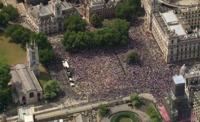 A Londres, des dizaines de milliers de manifestants réclament un second vote pour le Brexit