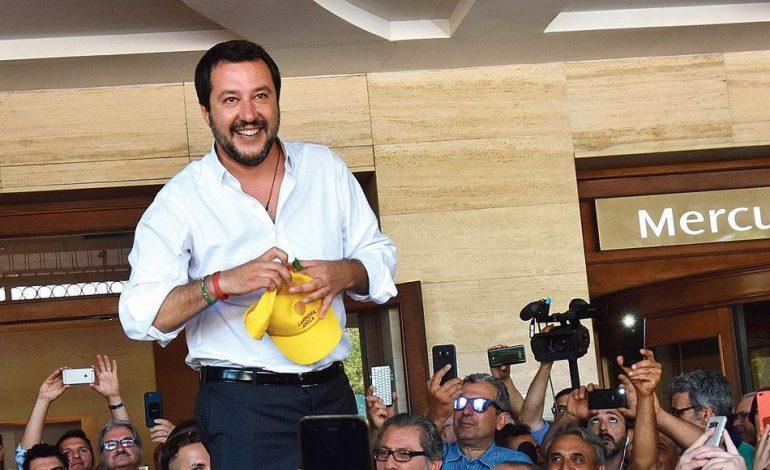 Matteo Salvini » que ceux qui arrivent en Italie viennent en avion, voire 1ère classe, mais plus sur des embarcations»