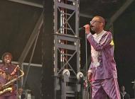 Youssou N'Dour chante pour la paix à Omaha Beach (Normandie)
