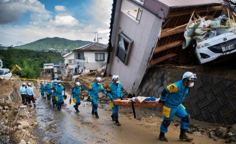 Désastre au Japon: 156 morts et des recherches difficiles à 35 degrés au soleil