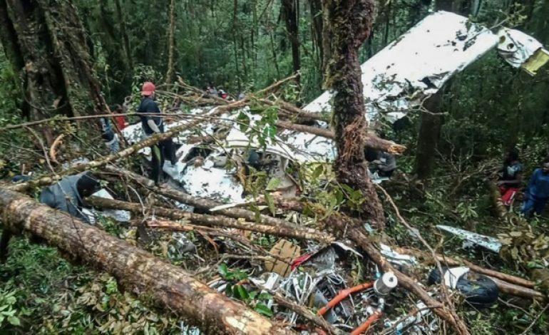 Un avion s'écrase en Indonésie: huit morts, un survivant