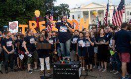 Des stars de Broadway manifestent contre Donald Trump devant la Maison Blanche