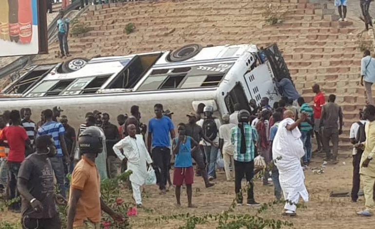 Un car de transport en commun «Tata» fait une chute du pont de la Patte d'Oie