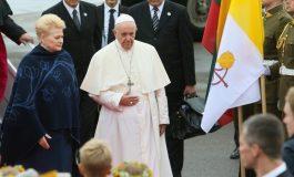 """A Vilnius, le pape François critique ceux qui """"expulsent les autres"""" et loue la tolérance des Lituaniens"""
