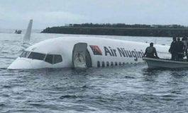 Un avion de ligne, d'Air Niugini plonge dans un lagon du Pacifique