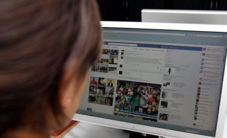 Les jeunes adultes exposent de plus en plus leur vie intime sur Internet et les réseaux sociaux