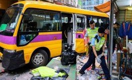Un bus monte sur un trottoir bondé à Hong Kong, 4 personnes tuées