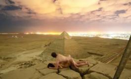 En Égypte, un couple filmé nu au sommet d'une pyramide provoque un tollé