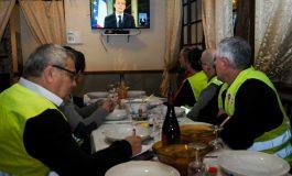 """Emmanuel Macron tente de calmer la colère, réactions contrastées des """"gilets jaunes"""""""