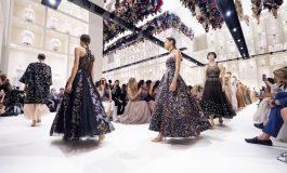 Coloré, streetwear ou drapé: le costume s'impose sur les podiums à Paris