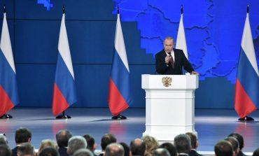 Vladimir Poutine se moque du drapeau arc-en-ciel de l'ambassade américaine à Moscou