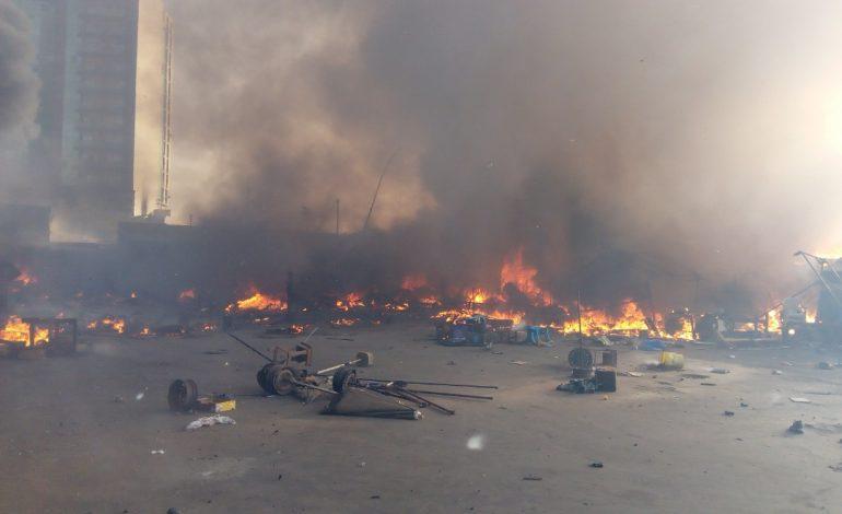 L'incendie au marché Petersen de Dakar difficilement maîtrisé par les pompiers
