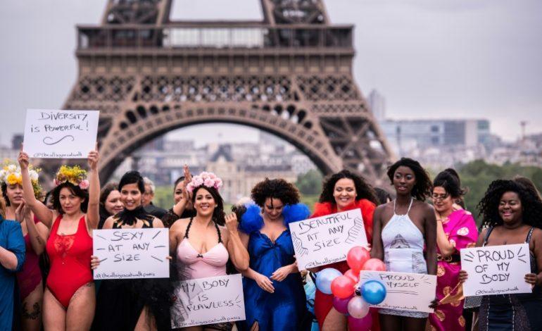 Les rondes défilent devant la tour Eiffel contre les diktats de la mode