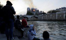 Dans les flammes, Notre-Dame de Paris vacille sous les yeux de la foule