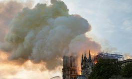 """L'incendie à Notre-Dame de Paris est """"éteint"""", les dons affluent pour sa reconstruction"""