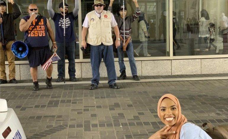Shaymaa Ismaa'eel ridiculise des manifestants racistes avec le sourire à Washington, sa photo fait le tour du net