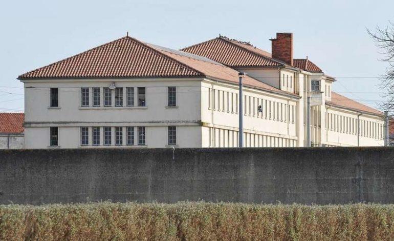 Un détenu Sénégalais en voie d'expulsion se hisse sur le toit de la prison Saint-Martin-de-Ré