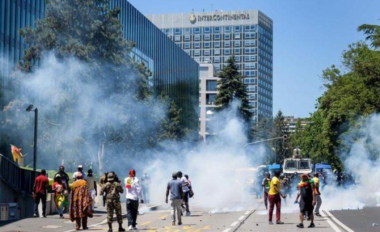 La police Suisse disperse violemment une manifestation anti Paul Biya