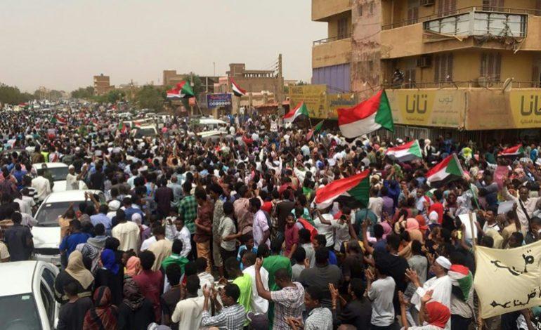 Cinq protestataires tués lors de manifestations massives au Soudan