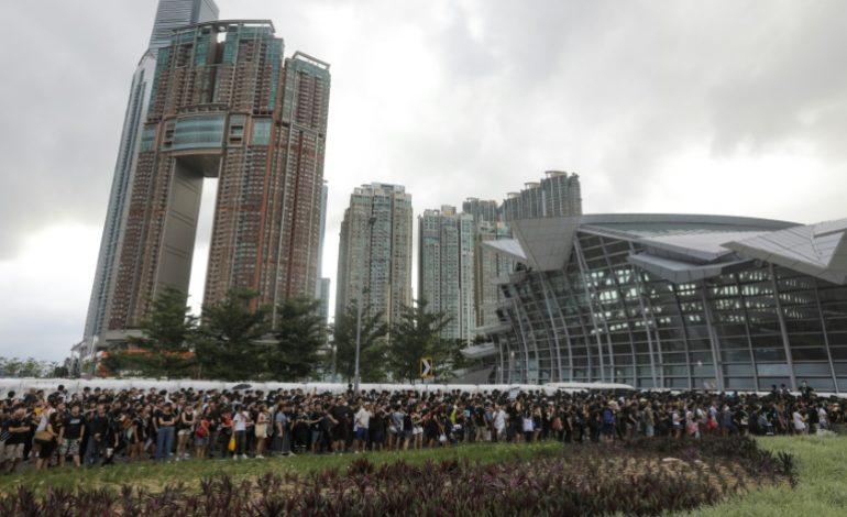Des milliers de Hongkongais devant la gare de Kowloon pour convaincre les touristes