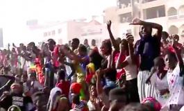 Une foule en liesse accueille les Lions à leur arrivée à Yoff