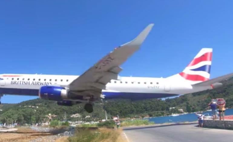 Sur l'île de Skiathos (Grèce), les avions frôlent les touristes