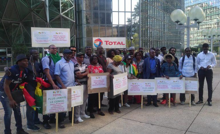 Les Sénégalais de France manifestent sous les fenêtres de Total à la Défense