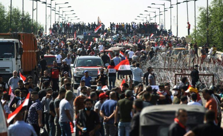 Les manifestations pour la chute du régime irakien se poursuivent après une nuit de feu et de sang