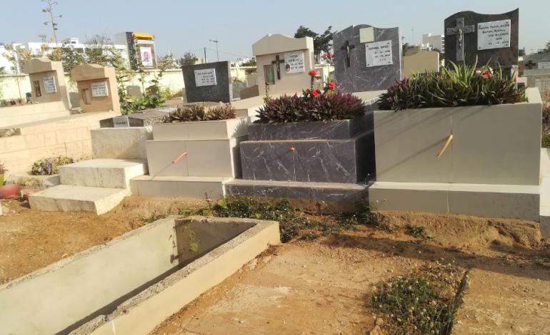 Nettoyeurs de tombes et vendeuses de fleurs: au Sénégal, les petits boulots de la Toussaint