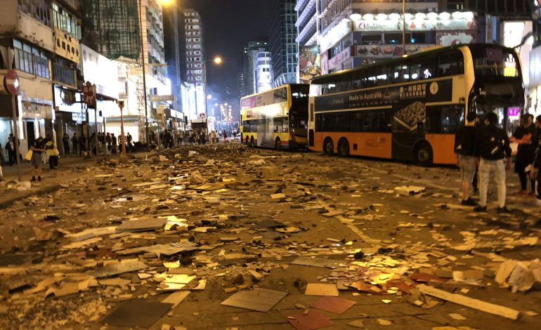 Hong Kong bloqué, la violence s'installe un peu plus chaque jour