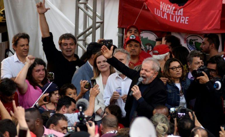 Lula libéré de prison a été accueilli par une marée rouge de partisans