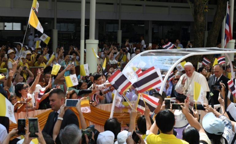 En visite en Thailande, le Pape François exhorte à protéger «la dignité» des enfants exploités