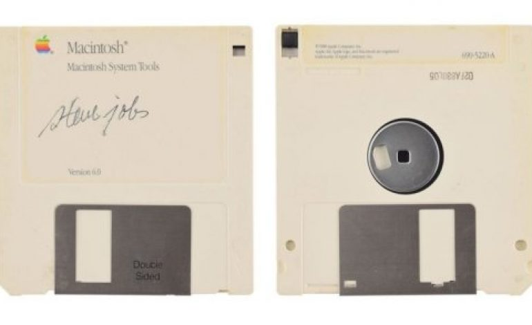 Une disquette d'Apple de Steve Jobs vendue à 85.000 dollars US