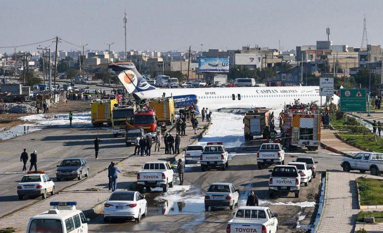 Un avion de ligne finit sa course sur l'autoroute, les passagers sains et saufs