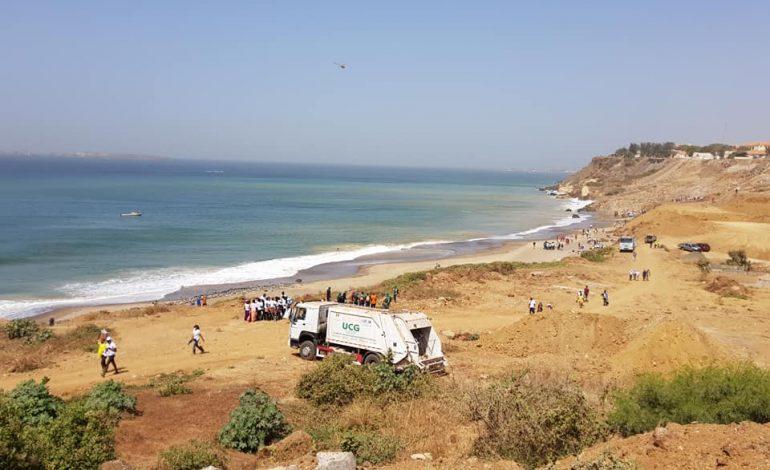 Les citoyens dakarois nettoient la plage du Cap Manuel, envahie de déchets médicaux dangereux