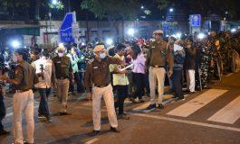 Le nombre des contaminations et des décès continue de diminuer en Inde, les restrictions assouplies