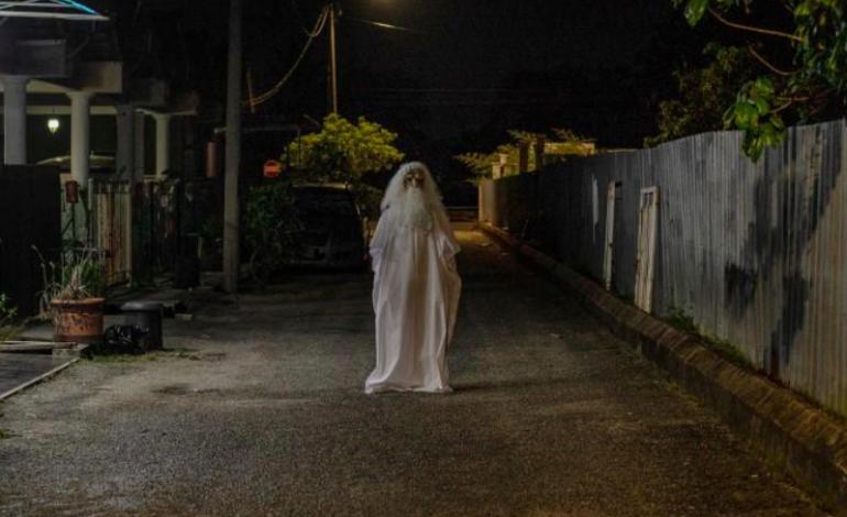 Il se déguise en fantôme pour faire respecter le confinement