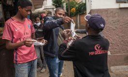 Ceux qui ne portent pas de masques à Madagascar balaieront le trottoir