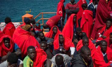 Des gardes-côtes italiens à la recherche de migrants naufragés