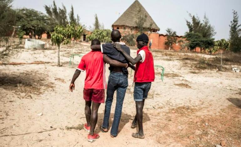 Les enfants des rues cherchent à échapper au coronavirus, loin de Dakar