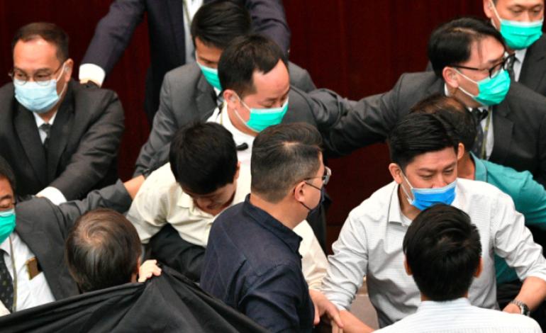 Heurts au parlement Hongkongais après un projet de loi controversé sur l'hymne chinois