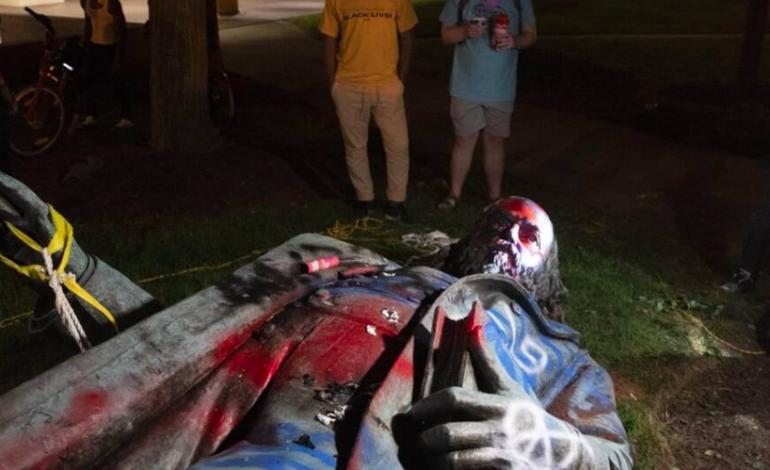 Des manifestants antiracistes abattent la statue du général confédéré Albert Pike, à Washington