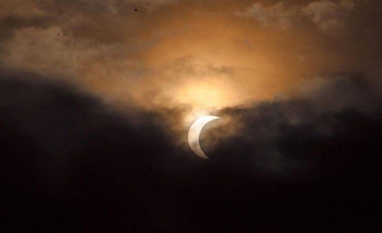 L'éclipse solaire, de type «cercle de feu» visible en Afrique et en Asie