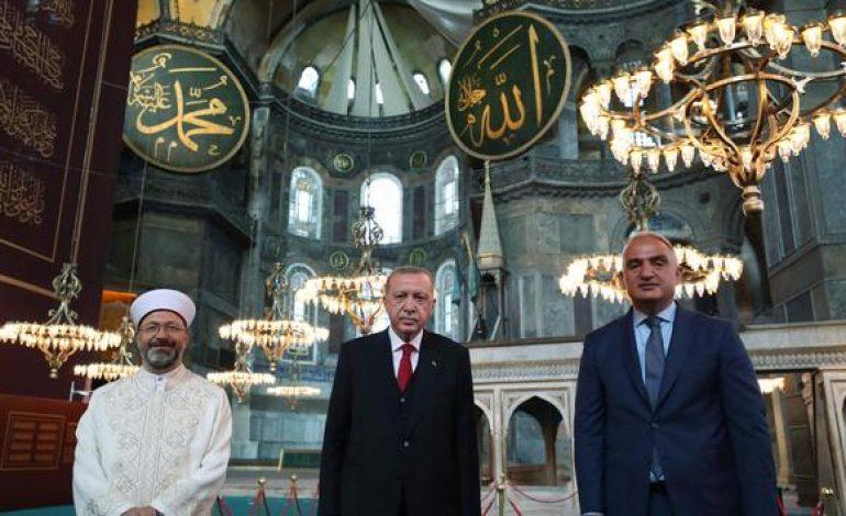Recep Tayyip Erdogan prie à Sainte-Sophie reconvertie en mosquée