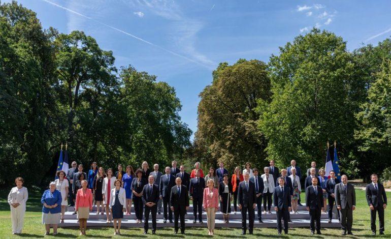 Le gouvernement français au complet pose pour sa traditionnelle «photo de famille»
