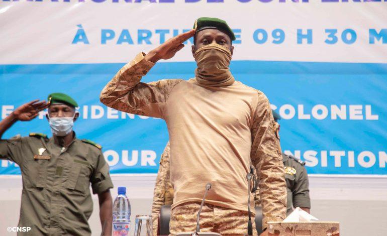 La junte malienne sous pression s'engage à une transition de 18 mois