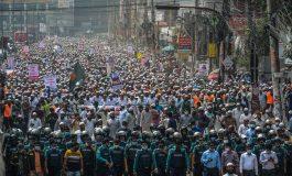 Des dizaines de milliers de Bangladais manifestent contre la France apres les propos de Macron